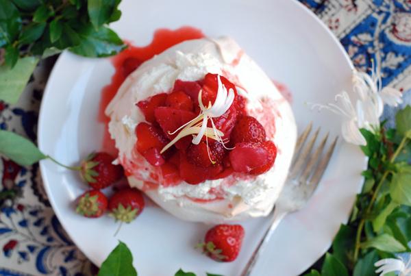 honeysuckle strawberry pavlova // brooklyn supper